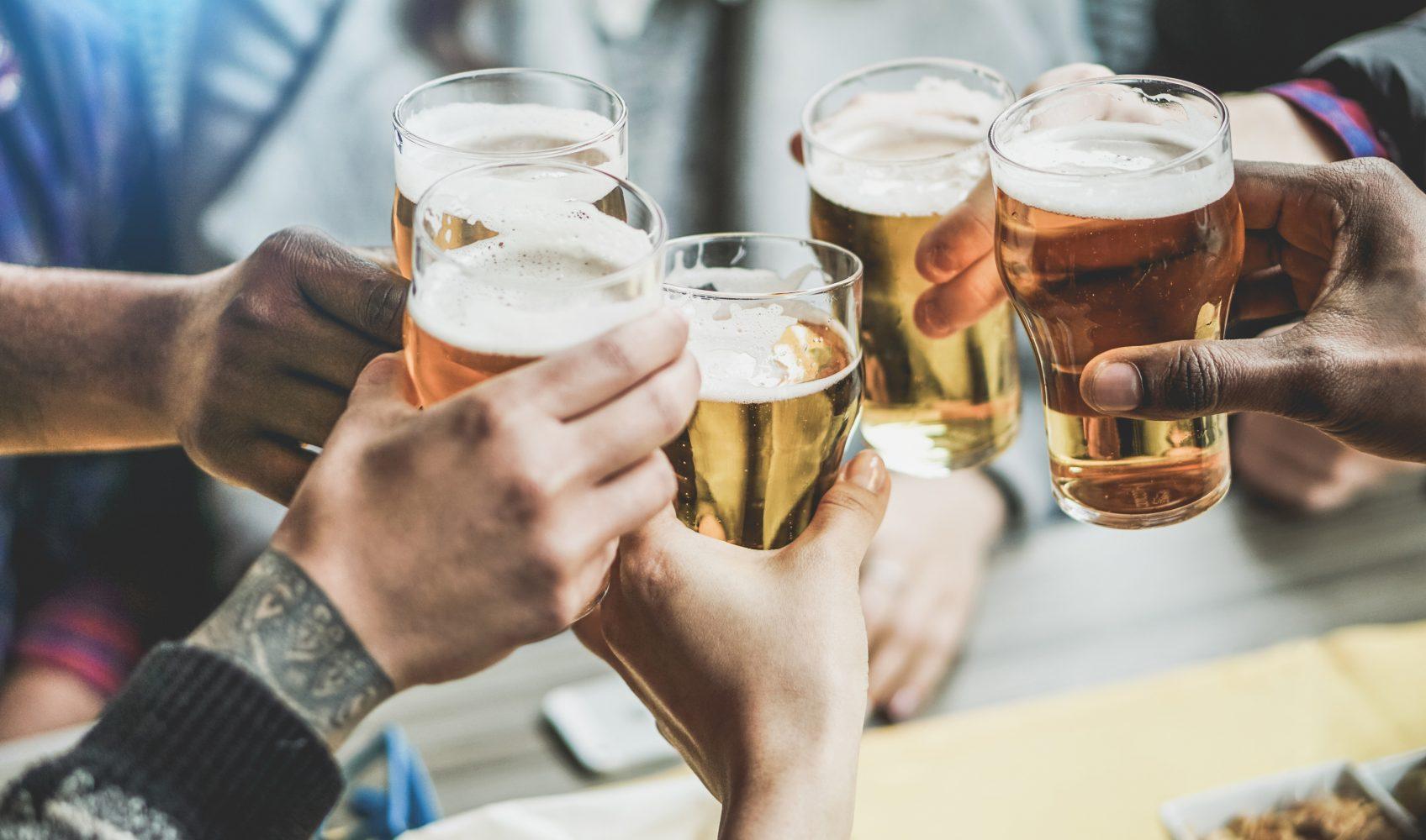 Personen, die sich mit Bier zuprosten