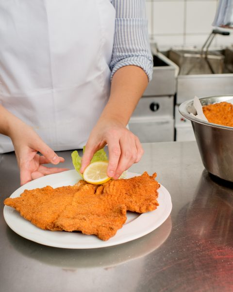 Preparation of a Schnitzel with lemon slice