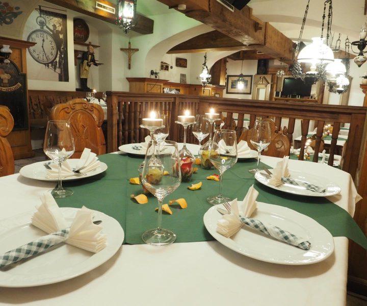 Gedeckter Tisch in einem Bierkeller